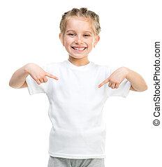 Una niña con camiseta blanca