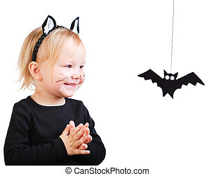 Una niña con disfraz de gato negro