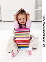 Una niña con libros