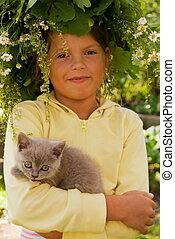 Una niña con un gatito