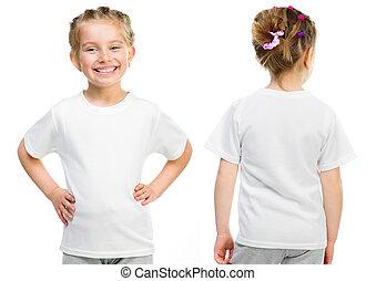 Una niña con una camiseta blanca