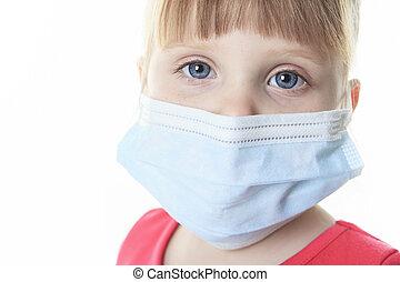 Una niña con una máscara protectora