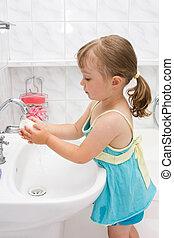 Una niña en el baño