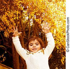 Una niña en el bosque de otoño