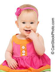 Una niña feliz con un vestido festivo multicolor