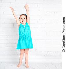 Una niña feliz levantó las manos y midió tu altura