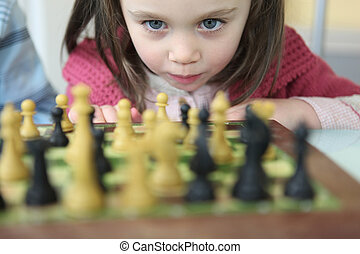 Una niña jugando ajedrez