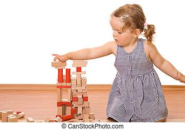 Una niña jugando con bloques de madera