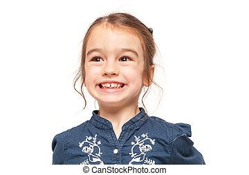 Una niña sonriendo con una expresión graciosa