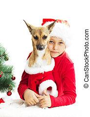 Una niña y un perro disfrazados en un fondo blanco