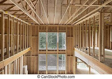 Una nueva casa de construcción en el techo de madera
