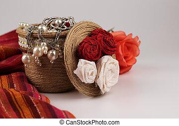 Una olla decorativa con adornos y rosas.