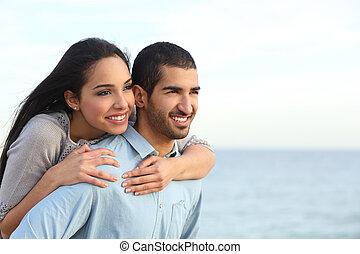 Una pareja árabe coqueteando en la playa