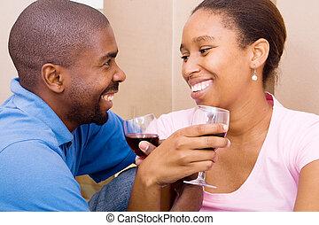 Una pareja africana celebrando