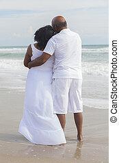 Una pareja afroamericana de último año en la playa