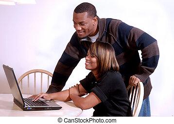 Una pareja afroamericana viendo la computadora