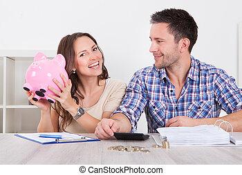 Una pareja ahorrando dinero