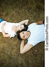 Una pareja asiática feliz y romántica