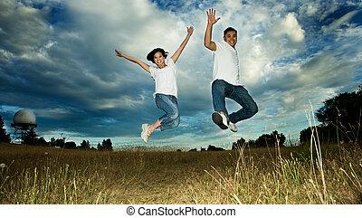 Una pareja asiática saltando de alegría