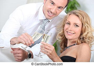 Una pareja bebiendo champaña juntos