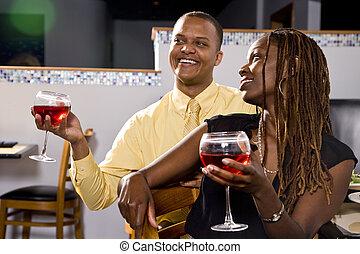 Una pareja bebiendo en el restaurante