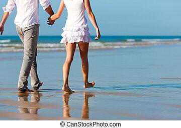 Una pareja caminando de vacaciones