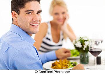 Una pareja cenando en el restaurante