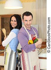 Una pareja cocinando juntos
