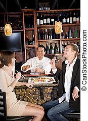 Una pareja comiendo sushi en el restaurante japonés