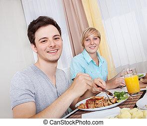 Una pareja comiendo un almuerzo frío
