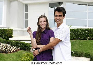 Una pareja comprando una nueva casa