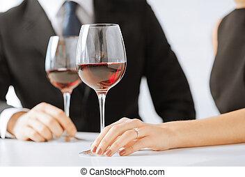 Una pareja comprometida con copas de vino