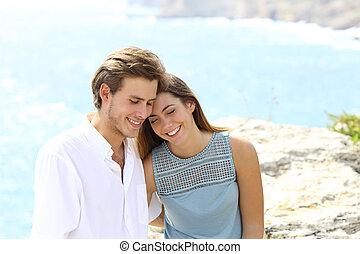Una pareja coqueteando en las vacaciones en la playa
