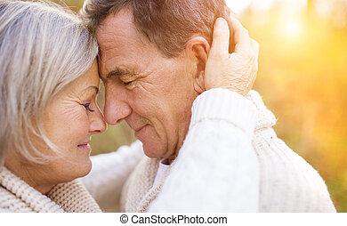 Una pareja de ancianos afuera