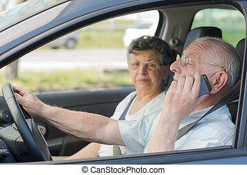 Una pareja de ancianos conduciendo
