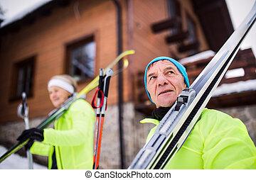 Una pareja de ancianos esquiando por todo el país.