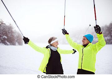 Una pareja de ancianos esquiando.