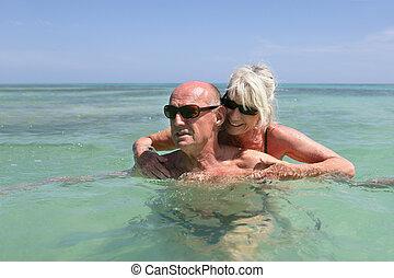 Una pareja de ancianos nadando