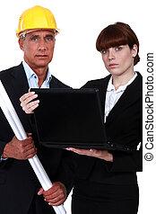 Una pareja de arquitectos con una laptop