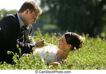 Una pareja de bodas enamorada