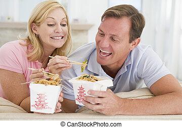 Una pareja de comida para llevar, comida para comer juntos