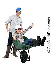 Una pareja de construcción jugando con una carretilla