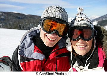 Una pareja de esquí en la nieve