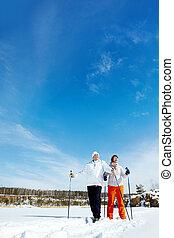Una pareja de esquí