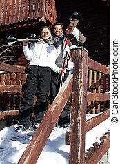 Una pareja de esquí juntos