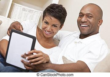 Una pareja de hombres afroamericanos que usan computadora
