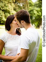 Una pareja de jóvenes enamorados