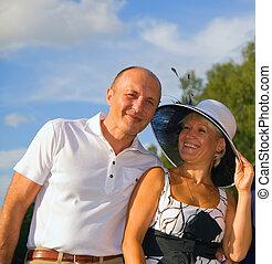 Una pareja de mediana edad al aire libre