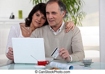Una pareja de mediana edad comprando en línea