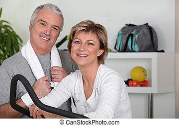 Una pareja de mediana edad que va por deporte